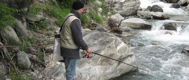 Inverno pescando in unattrezzatura su una corrente